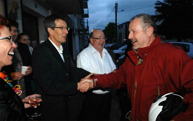 Dominique Raimbourg félicité par les militants PS réunis à la section de Rezé - Photo : Thierry Mezerette